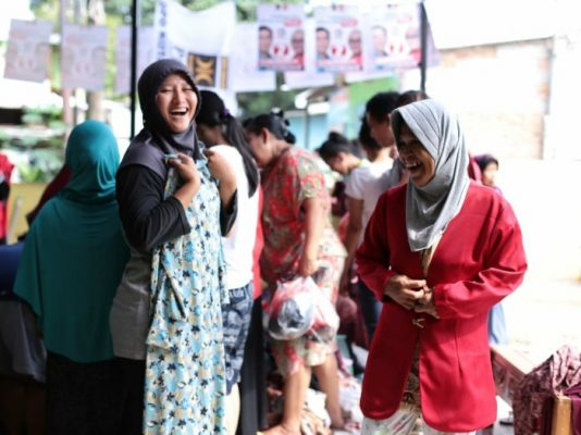 Warga Butuh Baju Lebaran, Relawan Nur Supriyanto Gelar Bazaar Murah BEKASIMEDIA.COM | MEDIA BEKASI SEJAK 2014