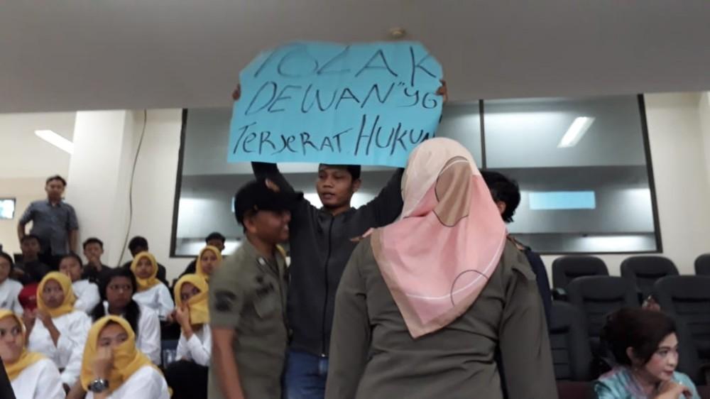 Ada Aksi Kejutan di Pelantikan DPRD Kabupaten Bekasi BEKASIMEDIA.COM