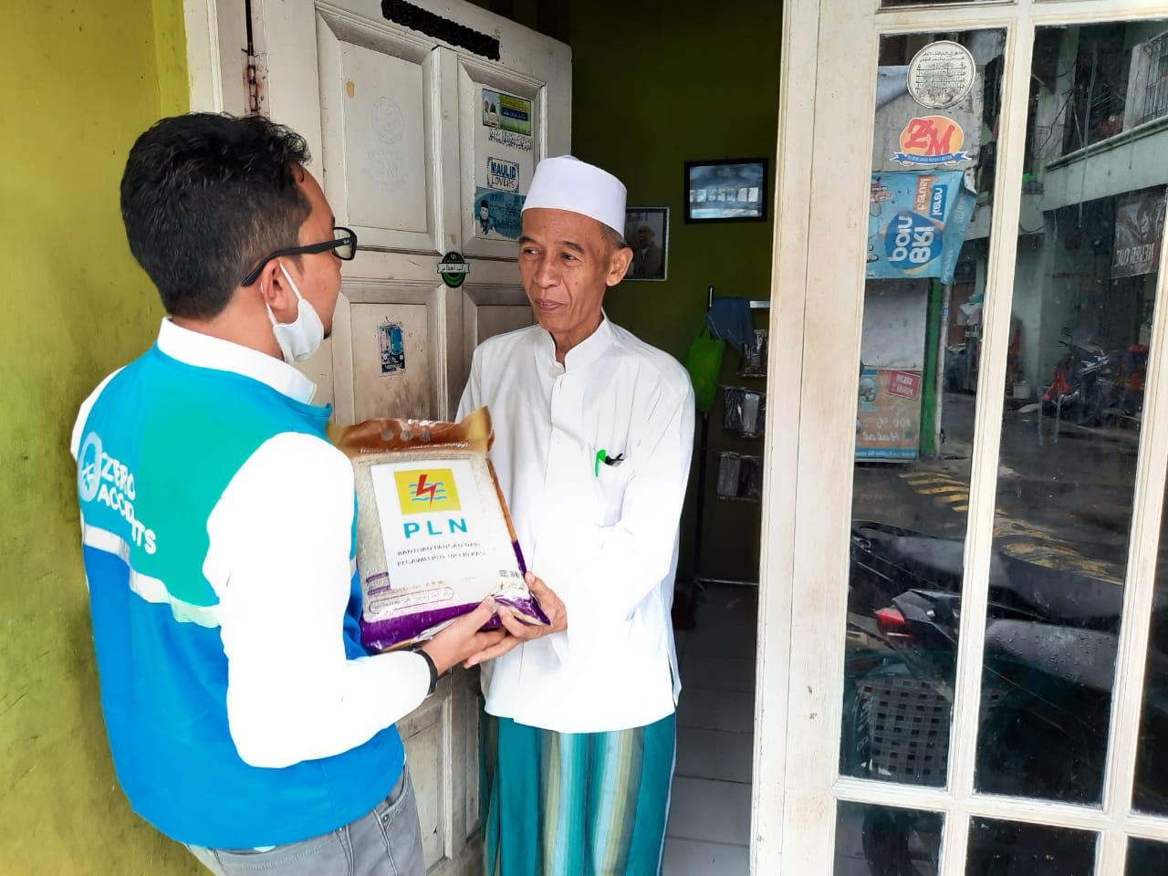 Pegawai PLN Bekasi Beri Bantuan 1 Ton Beras untuk guru Ngaji dan Marbot Mesjid BEKASIMEDIA.COM