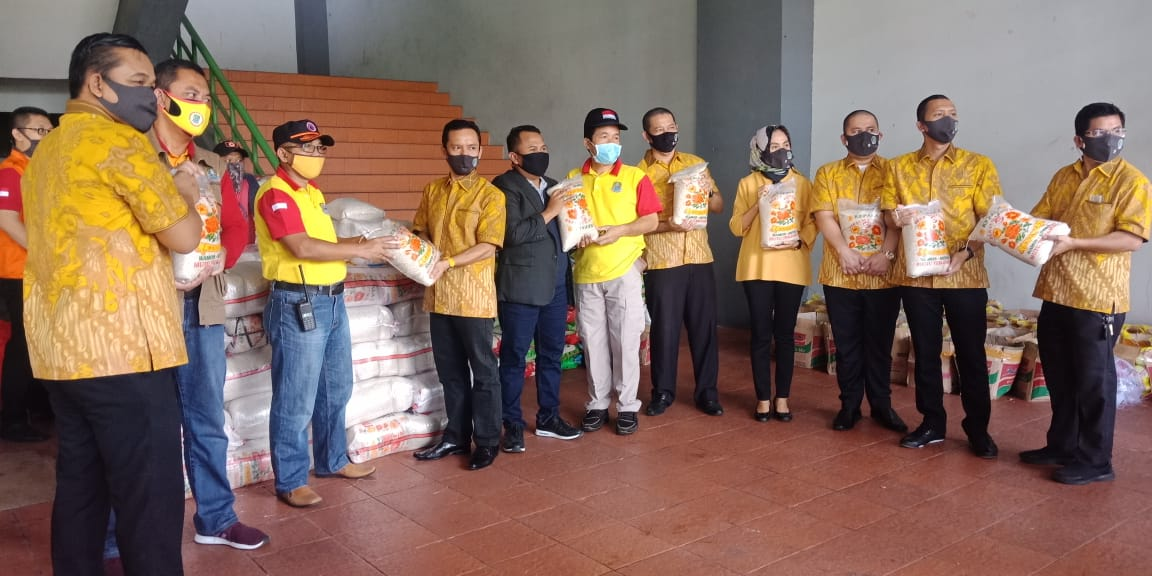 Fraksi Golkar Persatuan DPRD kota Bekasi Salurkan Bantuan 2.1 Ton Beras ke Gugus Tugas Covid-19 BEKASIMEDIA.COM