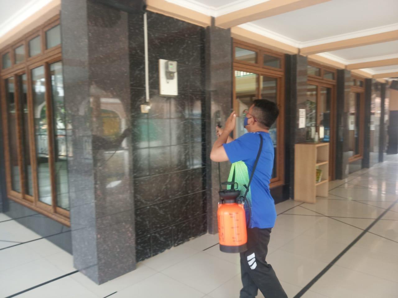 Cegah Covid-19 Pemuda Kampung Bulu Tambun Lakukan Penyemprotan Cairan Disinfektan BEKASIMEDIA.COM  