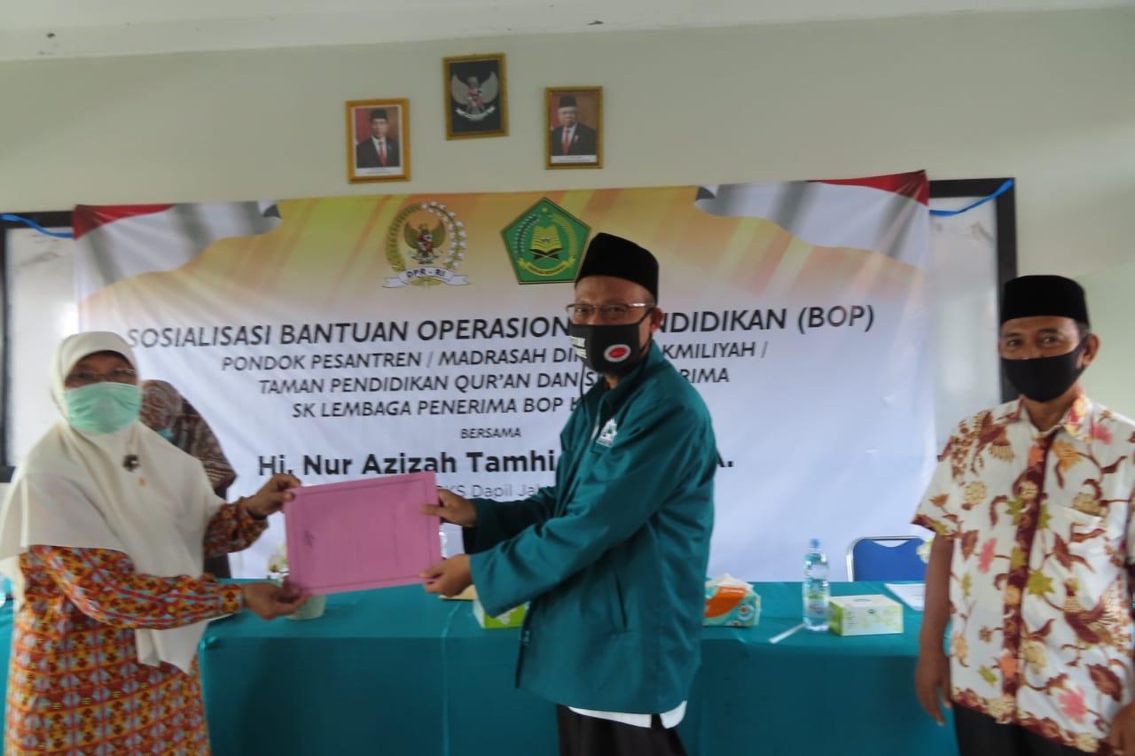 Nur Azizah Tamhid Serahkan Bantuan Senilai Hampir 3 Milyar untuk Pesantren, TPQ dan MDT di Kota Bekasi dan Depok BEKASIMEDIA.COM  