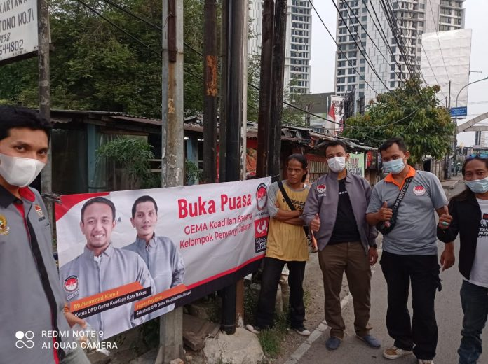 Gema Keadilan gandeng Kelompok Penyanyi Jalanan (KPJ) Bagikan Takjil BEKASIMEDIA.COM | MEDIA BEKASI SEJAK 2014