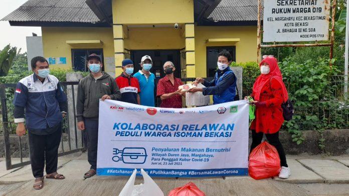 Kolaborasi Relawan Kemanusiaan Bekasi Bagikan Ratusan Paket Makanan untuk Warga Isoman BEKASIMEDIA.COM |